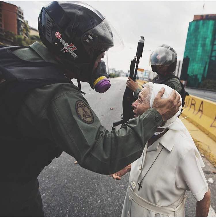 Guardia Nacional y Monja durante las protestas