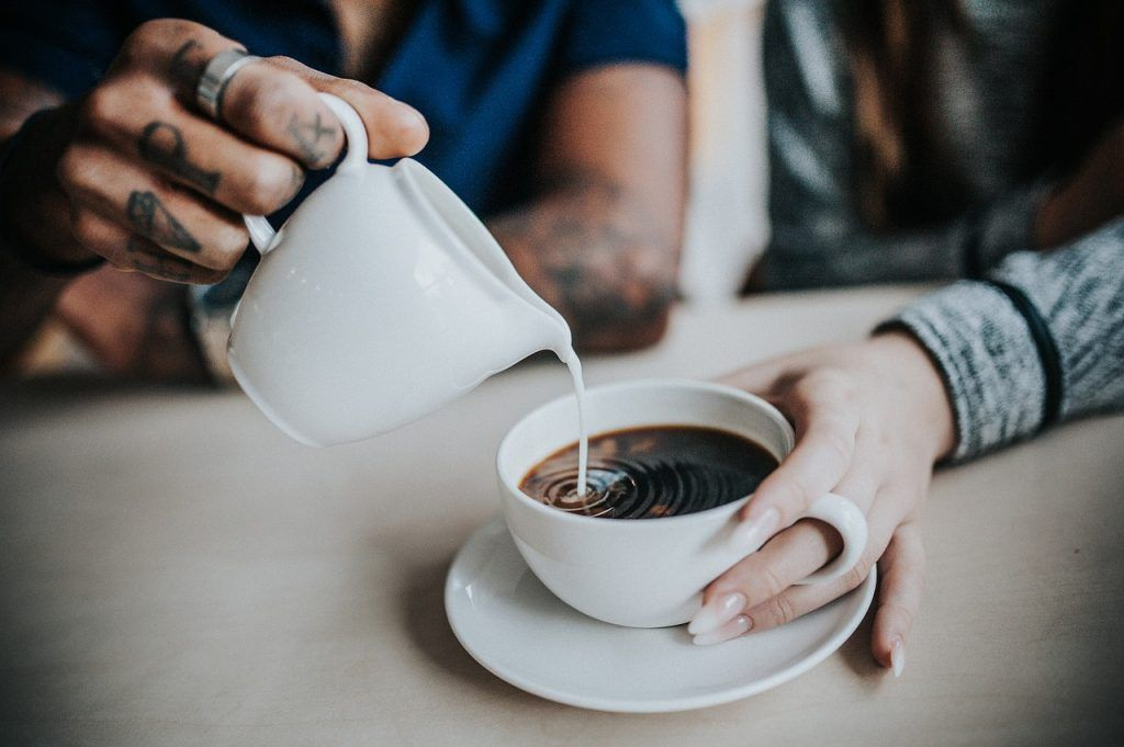Tomar café y blanqueamiento dental