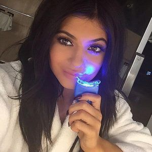 Kylie Jenner y blanqueamiento dental con luces portátiles