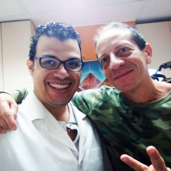 Dr. Luis Marcano atendiendo a Germán Hernández en su consulta en Caracas